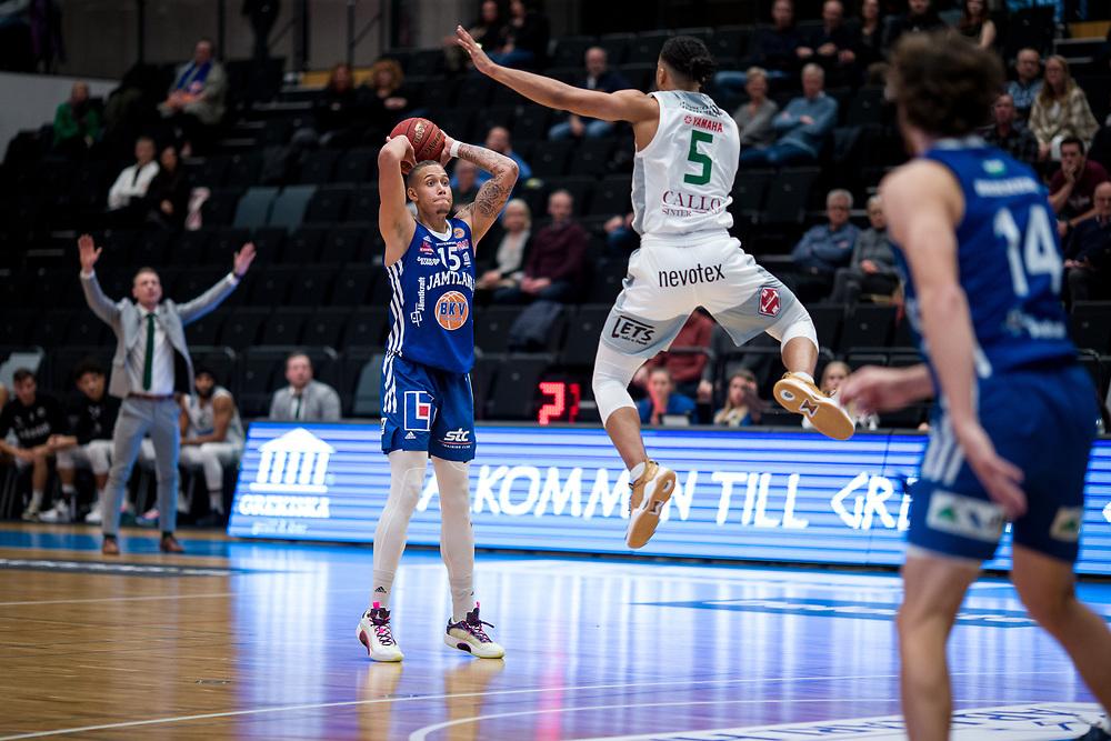 ÖSTERSUND 20210924<br /> Jämtlands Pierre Hampton med bollen under fredagens match i Basketligan mellan Jämtland Basket och Nässjö Basket i Östersunds Sporthall<br /> <br /> Foto: Per Danielsson/Projekt.P