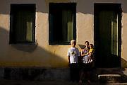 Mariana_MG, 29 de Abril de 2009...Instituto Estrada real - Rota Imperial...Documentacao fotografica da Rota Imperial, antiga estrada historica cahamada Sao Pedro de Alcantra que liga Ouro Preto a Vitoria...Na foto, moradores da comunidade em frente a um casarao antigo...Foto: LEO DRUMOND / NITRO.