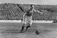 Fotball<br /> Manchester United historie<br /> Foto: Colorsport/Digitalsport<br /> NORWAY ONLY<br /> <br /> Bildene inngår ikke i nettavtalene<br /> <br /> Johnny Carey. (Manchester United). Man Utd v Derby County. 1946/47 @ Maine road.