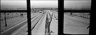 Lo scalo ferroviario che portava i prigionieri direttamente all'interno del campo vita dalla torretta di guardia delle SS