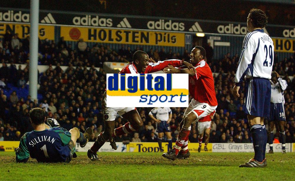Fotball. Engelsk Premier League 2001/2002.<br /> Tottenham v Charlton 18.03.2002.<br /> Chris Powell jubler etter scoring - sammen med Jason Euell. Vi ser også Neil Sullivan og Simon Davis, begge Tottenham.<br /> Foto: Roger Parker, Digitalsport.