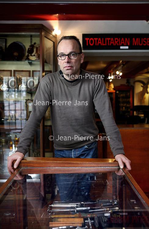 """Nederland, Amsterdam , 14 november 2014.<br /> Michiel van EyckGalerie Singels.<br /> Hitlers Mein Kampf wordt verkocht in een kunstgalerie aan het Amsterdamse Singel. De boeken staan in de Totalitarian Art Gallery zichtbaar op de plank. Galeriehouder Michiel van Eyck bevestigt in NRC Handelsblad dat hij het verboden boek verkoopt. """"Maar ik leg het niet in de etalage.""""<br /> De verkoop van Mein Kampf is in Nederland sinds 1974 bij wet verboden vanwege het haatzaaiende karakter. Bij de Totalitarian Art Gallery is het toch te verkrijgen. """"Ik weet dat het officieel niet mag, maar ik verkoop het niet vanuit een ideologie. Het is historisch materiaal dat bij mijn collectie past"""", aldus Van Eyck.<br /> Foto:Jean-Pierre Jans"""