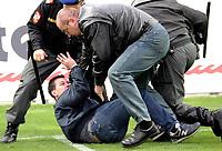 ◊Copyright:<br />GEPA pictures<br />◊Photographer:<br />Norbert Juvan<br />◊Name:<br />Sicherheitskräfte<br />◊Rubric:<br />Sport<br />◊Type:<br />Fussball<br />◊Event:<br />OEFB Stiegl-Cup, SV Mattersburg vs FK Austria Mempis Wien<br />◊Site:<br />Mattersburg, Austria<br />◊Date:<br />10/04/04<br />◊Description:<br />randalierender Austria-Fan, Sicherheitskräfte<br />◊Archive:<br />DCSNJ-1004041311<br />◊RegDate:<br />10.04.2004<br />◊Note:<br />8 MB - KA/KA