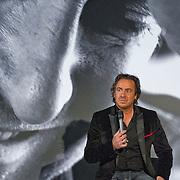 Amsterdam, 18-11-2013. In de Ziggo Dome te Amsterdam presenteerde Marco Borsato zijn nieuwe CD Duizend Spiegels. Umberto Tan omlijste de presentatie. A.s. vrijdag pas ligt de CD in de winkel maar Marco en ook tekstschrijver/componist John Ewbank kregen nu al een platina plaat.