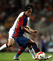 Inter Milan's midfielder Santiago Solari (back) fights for the ball with Barcelona's midfielder Giovani during their Gamper Trophy football match at Camp Nou stadium in Barcelona, 29 August 2007. INSIDE PHOTO / PACO SERINELLI