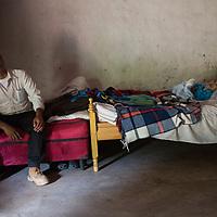 Fausto de Jesús Vásquez, Los Patios, La Paz<br /> <br /> No recuerdo. Ah sí, conocí a mi esposa, trabajando. Ella traía la comida cuando trabajabamos en el campo, la mire y me enamoré de ella. Tuvimos dos hijos. <br /> <br /> Nací en Nahuaterique. Nahuaterique fue El Salvador, ahora es Honduras. Tenemos doble nacionalidad. (Nahuaterique fue parte de una disputa fronteriza entre El Salvador y Honduras, pasando a Honduras con una decisión de la Corte International en La Haya en 1992)<br /> <br /> Estoy muriendo. Estoy rodeado de mi familia, mis hijos viven cerca. Aqui la naturaleza es abundante, da bien para maize y frijol, café, yuca. Trabajé con hortalizas también, tomates, pepinos, para vender.<br /> <br /> Miramos de todo, en ese tiempo, en la guerra. Perdimos todo, pero son cosas materiales, todo eso se repone, la vida es que no se repone, los muertos no hacen nada. Reconstruimos todo después de la Guerra.<br /> <br /> ******<br /> <br /> I don't remember. Ah, yes, I met my wife, working. She would bring the food to us when we worked in the fields, I saw her, and I fell in love with her. We had two children.<br /> <br /> I was born in Nahuaterique. Nahuaterique was in El Salvador, now it is in Honduras. We have double nationality. (Nahuaterique was part of an international border dispute between El Salvador and Honduras that was resolved by the International Court at the Hague in 1992, passing to Honduran administration)<br /> <br /> I'm dying. I am surrounded by my family. My children live nearby. Here nature is abundant, it's good for maize and beans, coffee, yuca. I worked with vegetables too, tomatos, cucumbers, to sell.<br /> <br /> We saw a bit of everything in that time, in the war. We lost everything, the house, all our things, but they are material things, you can get all that again, life is what you can't get back if you lose it, the dead can't do anything. We rebuilt everything after the war.