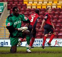 Photo: Jed Wee.<br />Bradford City v Swansea City. Coca Cola League 1. 14/01/2006.<br />Swansea's Garry Monk (R) celebrates his goal.