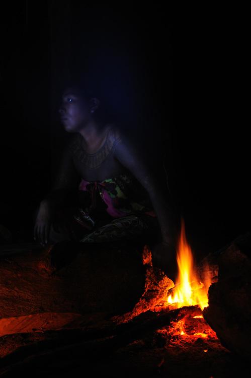 """""""Acércate a mi fuego; juntos haremos de él nuestro hogar, allá donde el canto del ave tiene su lugar"""".<br /> <br /> Espíritu emberá   comunidad indígena emberá, Panamá.<br /> <br /> PREMIO INTERNACIONAL DE FOTOGRAFÍA EN LA BIENAL DE FLORENCIA DE ARTE CONTEMPORÁNEO 2011, ITALIA.<br /> <br /> INTERNATIONAL AWARD IN FLORENCE BIENNALE OF CONTEMPORARY ART 2011, ITALY.<br /> <br /> Edición de 10   Víctor Santamaría."""