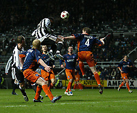 Fotball<br /> UEFA-cup 2004/05<br /> Newcastle v Heerenveen<br /> 24. februar 2005<br /> Foto: Digitalsport<br /> NORWAY ONLY<br /> Heerenveen's Michel Breuer (#4) loses out in the air to Newcastle's Shola Ameobi (L)