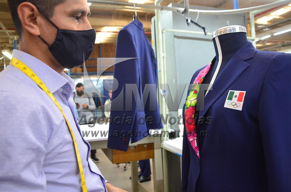 Tianguistenco, México.- Empleados de la empresa Haber´s elaboran los trajes de gala que usarán los deportistas Mexicanos que asistirán a los juegos olimpicos de Tokio. Agencia MVT / José Hernández.