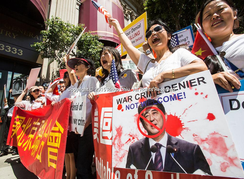 5月1日,在美國洛杉磯,華僑華人及韓裔美國人參加抗議日本首相安倍晉三到訪的示威活動。當日,正在美國訪問的日本首相安倍晉三出席日美經濟論壇午宴發表演講。在場外遭遇數百餘名華僑華人和韓裔美國人的抗議示威。示威者要求日本正視歷史,就二戰侵略暴行道歉。(新華社發 趙漢榮攝)<br /> Chinese American and Korean American protesters hold signs and shout slogans during a rally outside of a hotel where Japanese Prime Minister Shinzo Abe delivers a speech in the Japanese-U.S. Economic Forum luncheon in Los Angeles, Friday, May 1, 2015. Hundreds of protesters gather outside the Millennium Biltmore Hotel to call on Prime Minister Shinzo Abe to apologize for his country's atrocities toward other Asian countries during World War II. (Xinhua/Zhao Hanrong)(Photo by Ringo Chiu/PHOTOFORMULA.com)
