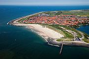 Nederland, Zeeland, Walcheren, 12-06-2009; Westkapelle, met onder in beeld de zeewering het Zuiderhoofd met radarpost. De Westkapelsche Kreek (midden rechts)  is  restant van de dijkdoorbraken ten gevolge van het geallieerde bombardement in 1944. Op het tweede plan langs de zee de Westkappelsche Zeedijk.Swart collectie, luchtfoto (25 procent toeslag); Swart Collection, aerial photo (additional fee required).foto Siebe Swart / photo Siebe Swart