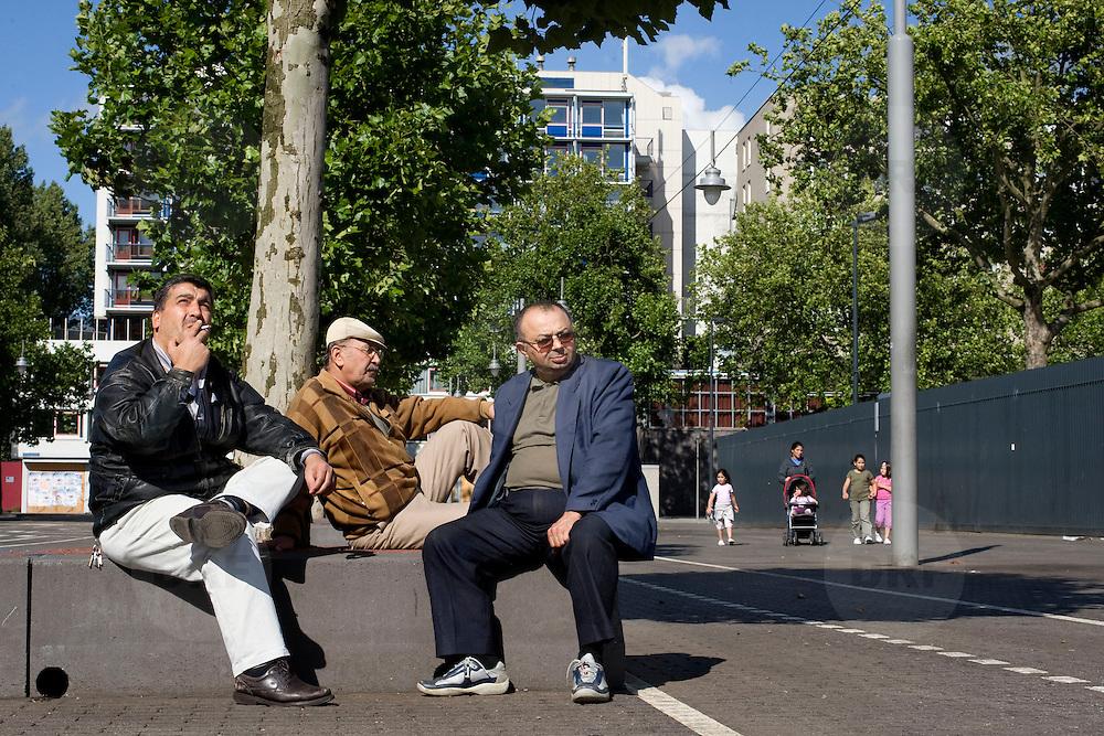 Nederland Rotterdam 20 juli 2008 20080720 Foto: David Rozing .Serie achterstandswijk Afrikaanderwijk. Ouderen genieten van zonnetje op het Afrikaanderplein ..Foto David Rozing