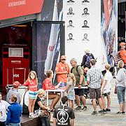 © Maria Muina I MAPFRE. Sophie Ciszek firma posters en la base del MAPFRE del Race Village de Auckland. Sophie Ciszek signing posters at the base of MAPFRE in the Race Village of Auckland.