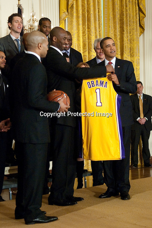 100125-Washington DC-(L-R) Derek Fisher and Kobe Bryant give President Barak Obama a L.A. Laker jersey and a basketball signed by the team during a ceremony at the White House in Washington DC on January 25, 2010.