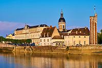 France, Saône-et-Loire (71), Chalon-sur-Saône, la Tour du Doyenné, hexagonale, du XVe siècle sur l'île Saint-Laurent et le dome de l'hopital et le dome de l'hopital // France, Saône-et-Loire (71), Chalon-sur-Saône, Doyenné tower on the Saint-Laurent island