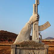 Les routes sont parsemées de statues rappelant l'état de guerre permanent dans lequel se trouve le pays.