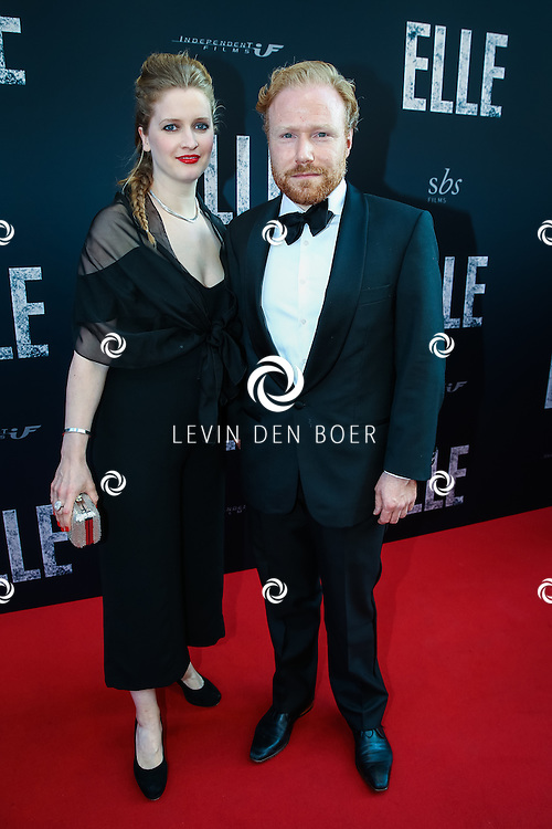 AMSTERDAM - De Nederlandse premiere van Elle, de nieuwste film van regisseur Paul Verhoeven. Met hier Jochum ten Haaf en zijn partner op de rode loper. FOTO LEVIN & PAULA PHOTOGRAPHY