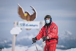 THEMENBILD - ein Skifahrer mit Mund Nasenschutz Maske am Skigebiet Kitzsteinhorn, aufgenommen am 21. Oktober 2020 in Kaprun, Österreich // a skier with mouth nose protection mask, Kaprun, Austria on 2020/10/21. EXPA Pictures © 2020, PhotoCredit: EXPA/ JFK