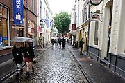 Twee gothic meisjes lopen door Utrecht