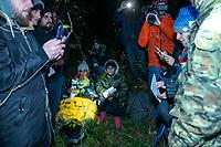 Okolice Michalowa, woj. podlaskie, 06.10.2021. W lesie aktywisci z grup pomocowych odnalezli w lesie uchodzcow, ktorzy pare dni wczesniej przekroczyli nielegalnie granice polsko-bialoruskiej, dwa malzenstwa irackich Kurdow z dziecmi w wieku 1 roku i 3 lat. Po 1,5 godzinie oczekiwania, patrol SG zabral uchodzcow do placowki Strazy Granicznej w Michalowie. N/z uchodzcy w obecnosci swiadkow poprosili o ochrone miedzynarodowa w Polsce fot Michal Kosc / AGENCJA WSCHOD