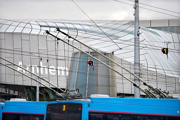 Nederland, the Netherlands, Arnhem, 1-9-2015Het nieuwe station van de gelderse hoofdstad wordt binnenkort officieel geopend. De ov terminal met parkeergarage en fietsenstalling is klaar. De ingewikkelde architectuur heeft het bouwproject veel problemen en vertraging opgeleverd. Het is dan ook een architectonisch en bouwkundig hoogstandje. Het ontwerp voor het station is gedaan door architectenbureau UNStudio, Ben van Berkel.  Uiteindelijk heeft de bouw 18 jaar en 90 miljoen euro, veel meer als aanvankelijk begroot, gekost. Meteen deden zich al enkele valpartijen voor op een van de onregelmatige trappen, zodat een opgang tijdelijk afgesloten werd totdat er duidelijke trapmarkering is aangebracht...Buiten is aansluiting op het trolley busnet, karakteristiek voor Arnhem, schoon maar gevoelig voor storingen.. Trolleybus, trolleybussen, busvervoer, elecrtisch,elektrisch,electrische,elektrische, bussen,bovenleiding,stroom, bovenleidingenFOTO: FLIP FRANSSEN/ HH