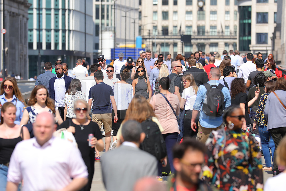© Licensed to London News Pictures. 20/04/2018. London, UK. People enjoy the sun on London Bridge as record April temperatures continue in the capital. Photo credit: London News Pictures