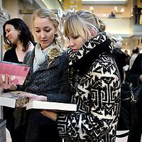 Nederland, Amsterdam , 6 maart 2010..Jonge vrouwen bekijken titels van boeken van vrouwelijke auteurstijdens de signeersessies in de Bijenkorf voorafgaande aan de Boekenweek 2010..Foto:Jean-Pierre Jans
