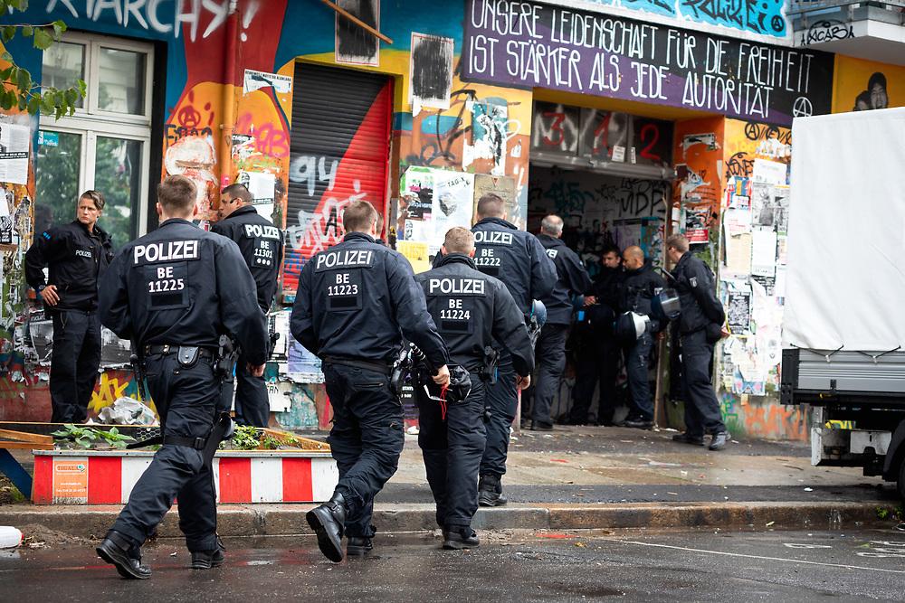 """Polizisten bei einem Einsatz in dem linksalternativen Hausprojekt Rigaer94. Scheinbar sichern die Beamten Arbeiten des Verwalters mit Handwerkern ab, die eigenständig Wohnungen im Gebäude räumen. <br /> Zuvor hatte die Berliner Polizei via Pressestelle und über Twitter dementiert, dass es einen Einsatz in der Rigaer Straße gebe, Meldungen über den Einsatz bezeichnete die Polizei auf Twitter als """"Fake"""". <br /> <br /> [© Christian Mang - Veroeffentlichung nur gg. Honorar (zzgl. MwSt.), Urhebervermerk und Beleg. Nur für redaktionelle Nutzung - Publication only with licence fee payment, copyright notice and voucher copy. For editorial use only - No model release. No property release. Kontakt: mail@christianmang.com.]"""