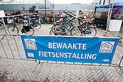 Een tijdelijke bewaakte fietsenstalling op het Vredenburg in Utrecht.<br /> <br /> Bicycle racks in the center of Utrecht.