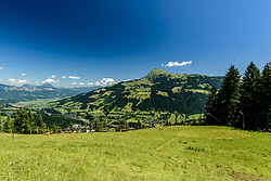 THEMENBILD - Der Blick in die Einfahrt in den Lärchenschuss mit dem Kitzbüheler Horn als Bergpanorama, aufgenommen am 26. Juni 2017, Kitzbühel, Österreich // The view into the entrance to the Lärchenschuss with the Kitzbüheler Horn as a mountain panorama at the Streif, Kitzbühel, Austria on 2017/06/26. EXPA Pictures © 2017, PhotoCredit: EXPA/ Stefan Adelsberger