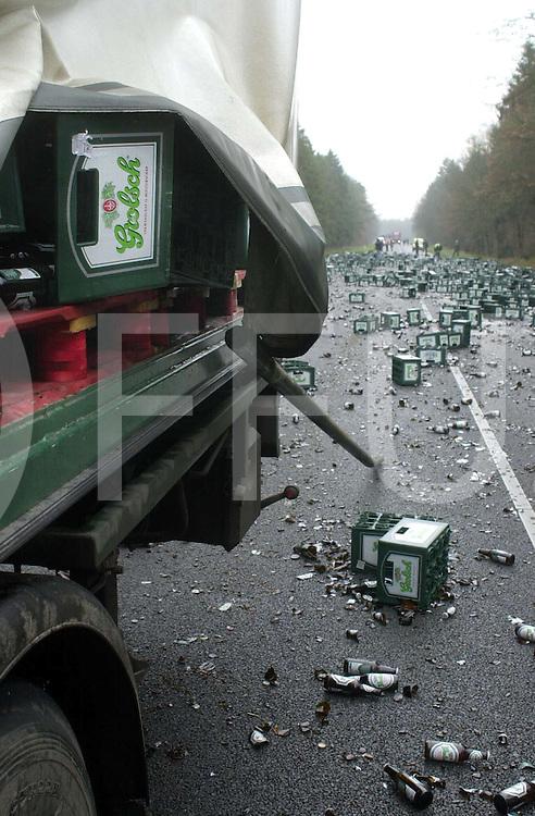 fotografie frank uijlenbroek©2004 michiel van de velde<br />041206 ommen<br />N36 Vrachtwagen van Grolsch krijgt ongeval en verspreid over de provinciale weg de voorraad bier, in krat en fles het was allemaal op de weg