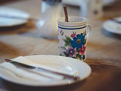 THEMENBILD - eine Tasse mit bunten Blumen und ein schlichter weißer Teller. Das Frühstücksgeschirr auf der Alm, aufgenommen am 10. August 2018, Kaprun, Österreich // a cup of colorful flowers and a plain white plate. The breakfast dishes on the Alm on 2018/08/10, Kaprun, Austria. EXPA Pictures © 2018, PhotoCredit: EXPA/ Stefanie Oberhauser