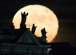 © Licensed to London News Pictures. 14/12/2016. London, UK. The last Super Moon of 2016 rises above some statues on the London skyline. Photo credit: Peter Macdiarmid/LNP