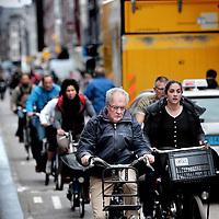 Nederland, Amsterdam , 16 april 2015.<br /> Verkeersdrukte op de Haarlemmerdijk veroorzaakt door fietsers geparkeerde vrachtauto's en andere voertuigen.<br /> Foto:Jean-Pierre Jans