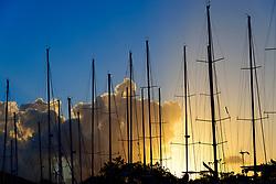 Sonnenuntergang hinter Segelmasten von Segelbooten, Sonnenuntergang hinter Segelmasten, Insel Tortola, Tortola Island, Britische Jungferninsel, Karibik, Karibisches Meer, British Virgin Islands, BVI, Caribbean Sea
