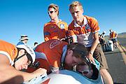 Wil Baselmans van het Human Power Team Delft en Amsterdam wordt in de VeloX3 geholpen tijdens de eerste race van de WHPSC. In Battle Mountain (Nevada) wordt ieder jaar de World Human Powered Speed Challenge gehouden. Tijdens deze wedstrijd wordt geprobeerd zo hard mogelijk te fietsen op pure menskracht. Ze halen snelheden tot 133 km/h. De deelnemers bestaan zowel uit teams van universiteiten als uit hobbyisten. Met de gestroomlijnde fietsen willen ze laten zien wat mogelijk is met menskracht. De speciale ligfietsen kunnen gezien worden als de Formule 1 van het fietsen. De kennis die wordt opgedaan wordt ook gebruikt om duurzaam vervoer verder te ontwikkelen.<br /> <br /> The first race of the WHPSC. In Battle Mountain (Nevada) each year the World Human Powered Speed Challenge is held. During this race they try to ride on pure manpower as hard as possible. Speeds up to 133 km/h are reached. The participants consist of both teams from universities and from hobbyists. With the sleek bikes they want to show what is possible with human power. The special recumbent bicycles can be seen as the Formula 1 of the bicycle. The knowledge gained is also used to develop sustainable transport.
