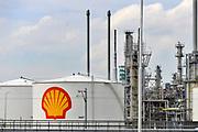 Nederland, Rotterdam, 28-7-2019 Raffinaderij en opslagtanks van Shell bij Pernis. Foto: Flip Franssen