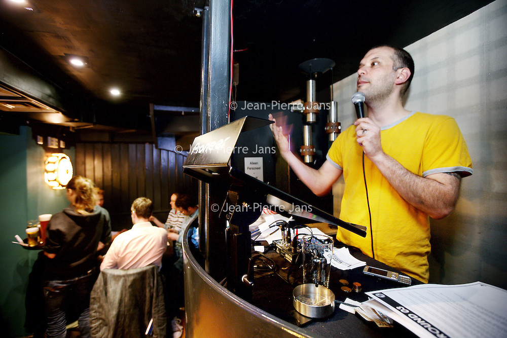 Nederland, Amsterdam , 26 april 2010..Maandagavond publiek in Stand up comedy theater cafe Boom Chicago op het Leidsche Plein tijdens de z.g. Pub quiz avond..Op de foto de quizmaster.Foto:Jean-Pierre Jans