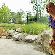 NLD/Rotterdam/20150626 - Paul de Leeuw opent nieuwe leeuwenverblijf Diergaarde Blijdorp, Paul de Leeuw en een leeuw