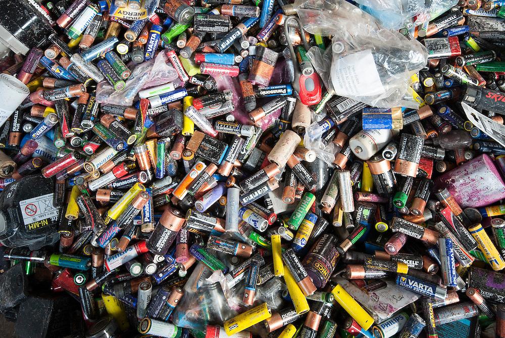 Nederland, Amsterdam, 29 aug 2013<br /> Afvalscheiding bij Afval Energie Bedrijf Amsterdam.<br /> Oude batterijen die bij winkels enzo zijn ingeleverd<br /> Foto(c): Michiel Wijnbergh