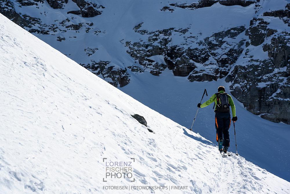 Ein Skitourist im Aufstieg zum Chli Chärpf oberhalb des Milchspüelersees, Leglerhütte, Kanton Glarus, Schweiz /<br /> <br />  A ski tourist on the ascent to Chli Chärpf above the Milchspüelersee, Leglerhütte, Canton of Glarus, Switzerland