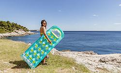 THEMENBILD - eine Frau im Bikini mit einer Luftmatratze vor der Adria am Strand, aufgenommen am 27. Juni 2018 in Pula, Kroatien // A woman in a bikini with an air mattress on the beach in front of the Adriatic Sea, Pula, Croatia on 2018/06/27. EXPA Pictures © 2018, PhotoCredit: EXPA/ JFK
