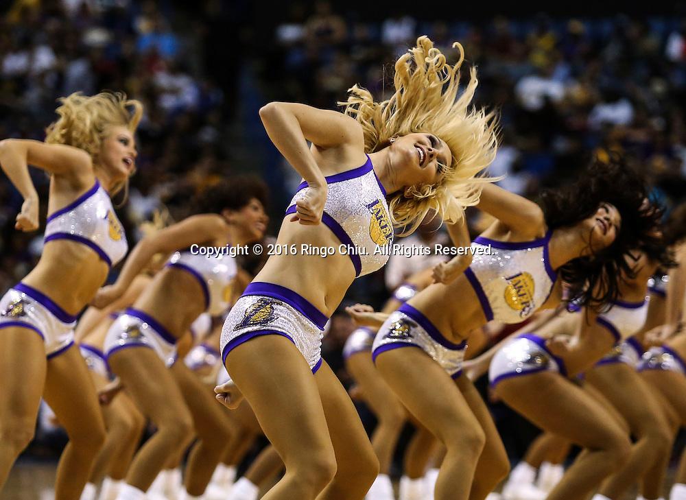 10月9日,洛洛杉矶湖人队的啦啦队在比赛中表演。 当日,在2016-2017赛季NBA季前赛中,洛杉矶湖人队主场以124比115战胜丹佛掘金队。 新华社发 (赵汉荣摄)<br /> Los Angeles Lakers cheerleaders perform during the NBA basketball pre-season game against Denver Nuggets in Ontario, California, the United States, October 9, 2016. Los Angeles Lakers won 124-115. (Xinhua/Zhao Hanrong)(Photo by Ringo Chiu/PHOTOFORMULA.com)<br /> <br /> Usage Notes: This content is intended for editorial use only. For other uses, additional clearances may be required.