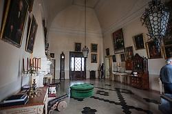 Il Palazzo Ducale di Scorrano nasce da un'antica fortificazione. Fu Angioina fino al 1399, poi del Principe di Taranto Giovanni Antonio Orsini Del Balzo, nel 1463 divenne Aragonese e ospitò una discreta guarnigione che fu impegnata anche nella liberazione di Otranto(1481). <br /> Dal 1686 Scorrano con il castello fu di pertinenza della famiglia Frisari,che lo acquistò con il titolo di Duca, trasformandolo nella forma attuale. Nel 1894 Donna Teresa, ultima Frisari, portò il titolo e il palazzo nella famiglia Guarini avendo sposato Don Carlo Guarini duca di Poggiardo. Giovan Battista Guarini rappresenta la quarta generazione che possiede e risiede nel Palazzo di Scorrano. I Guarini sono una famiglia di origine normanna,scesi in Puglia durante la conquista del Sud sin dal 1040. Hanno avuto numerosi feudi tra i quali:SanCesario,Alessano,Surano,Acquarica,Caprarica,Poggiardo,Ortelle,Scorrano. Hanno offerto i loro servigi ai vari Re ricevendone ricompense, dato numerosi sindaci alla città di Lecce,e molti figli e figlie alla chiesa.<br /> Il Giardino Storico<br /> Il giardino di 5000 mq su cui si affaccia l'ala interna di Palazzo Guarini,ha un impianto ottocentesco, con la particolarità tutta salentina delle aiuole disegnate con pietre informi legate tra loro con malta e pezzi di coccio. L'apice di questo insieme inconsueto è la fontana, che rappresenta una grotta con un mascherone di pietra da cui sgorga l'acqua che, scendendo lungo una cascatella di pietre, si riversa in una vasca circolare decorata a motivi ornamentali disegnati con cocci e vetri policromi,bauxite, pietre laviche e conchiglie fossili.<br /> Nel giardino vivono piante antiche,alcune inconsuete e rare,alberi da frutta esotici e agrumi dai frutti giganti. Le aiuole hanno bordure di piante aromatiche e sono fiorite in tutte le stagioni. In questo contesto una vecchia vasca di raccolta dell'acqua è stata trasformata in una piacevole piscina per rinfrescarsi durante i mesi caldi.<br /> Palazzo Ducale GuariniP