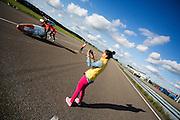 In Lelystad fotografeert de vrouw van Robert Braam zijn eerste meters in de VeloX4. Hij vervangt Rik Houwers die door een blessure het team heeft moeten verlaten. In september wil het Human Power Team Delft en Amsterdam, dat bestaat uit studenten van de TU Delft en de VU Amsterdam, een poging doen het wereldrecord snelfietsen te verbreken, dat nu op 133 km/h staat tijdens de World Human Powered Speed Challenge.<br /> <br /> With the special recumbent bike the Human Power Team Delft and Amsterdam, consisting of students of the TU Delft and the VU Amsterdam, also wants to set a new world record cycling in September at the World Human Powered Speed Challenge. The current speed record is 133 km/h.