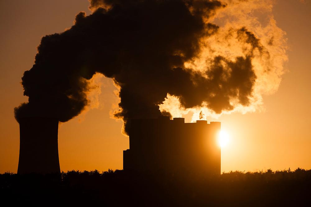 Grevenbroich, DEU, 13.05.2015<br /> <br /> Sonnenaufgang hinter den Kuehltuermen des Kraftwerks Neurath. Das Braunkohlekraftwerk Neurath, ein von der RWE Power AG mit Braunkohle betriebenes Grundlastkraftwerk in Grevenbroich (Rhein-Kreis Neuss) im Rheinischen Braunkohlerevier, ist das zweitleistungsstaerkste Kraftwerk Europas.<br /> <br /> Sunrise behind the cooling towers of Neurath power plant. The lignite power plant Neurath, a lignite-fired base load power plant operated by RWE Power AG in Grevenbroich, Germany (Rhein-Kreis Neuss) in the Rhenish lignite mining district, is Europe's second-largest power plant.<br /> <br /> Foto: Bernd Lauter/berndlauter.com