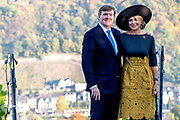 Zijne Majesteit Koning Willem-Alexander en Hare Majesteit Koningin Máxima brengen een werkbezoek aan de Duitse deelstaten Rijnland-Palts en Saarland.<br /> <br /> His Majesty King Willem-Alexander and Her Majesty Queen Máxima paid a working visit to the German federal states of Rhineland-Palatinate and Saarland.<br /> <br /> op de foto / On the Photo:    Fotomoment met Koninklijk Paar in het wijngebied Rijnland-Palts // Photo opportunity with Royal Couple in the Rhineland-Palatinate wine region