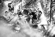 Photo de groupe en noir et blanc des Anges Gardiens pour le calendrier 2008 des pompiers de Nouméa.