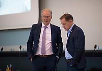 DEU, Deutschland, Germany, Berlin, 27.10.2020: Dr. Roland Hartwig (MdB, Alternative für Deutschland, AfD) und AfD-Parteichef Tino Chrupalla (MdB, AfD) unterhalten sich ohne den Mindestabstand zu beachten vor Beginn einer Sitzung der AfD-Fraktion im Deutschen Bundestag.